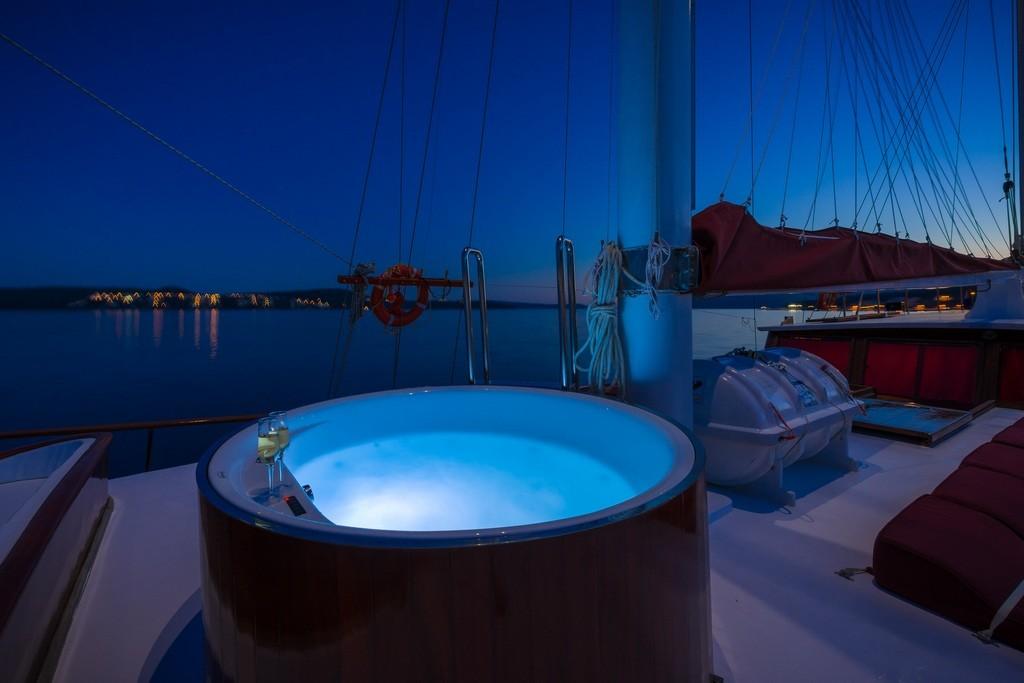 Croatia_Jacuzzi_Night_View_CroYachting
