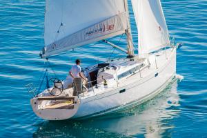 Salona38_Sailing_Stern_CroYachting